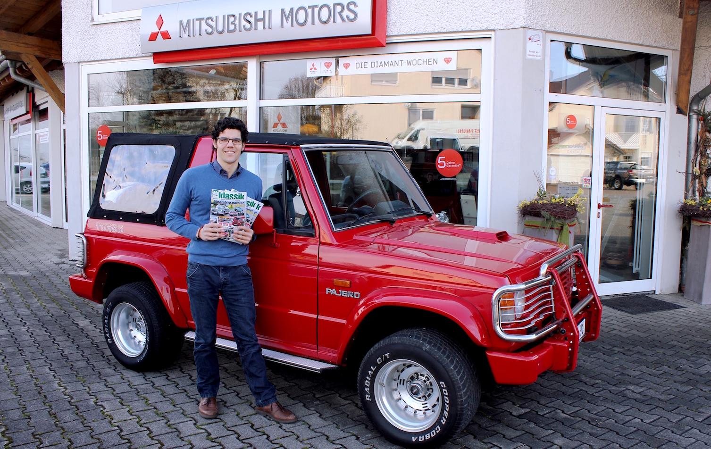 Stolz posiert Johannes Wohlmannstetter vor seinem Mitsubishi Pajero Canvas Top, in der Hand die AUTO BILD KLASSIK, in der sein Fahrzeug erschien.