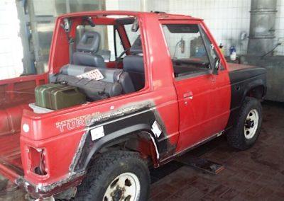 Der Mitsubishi Pajero wird geschweißt und gespachtelt