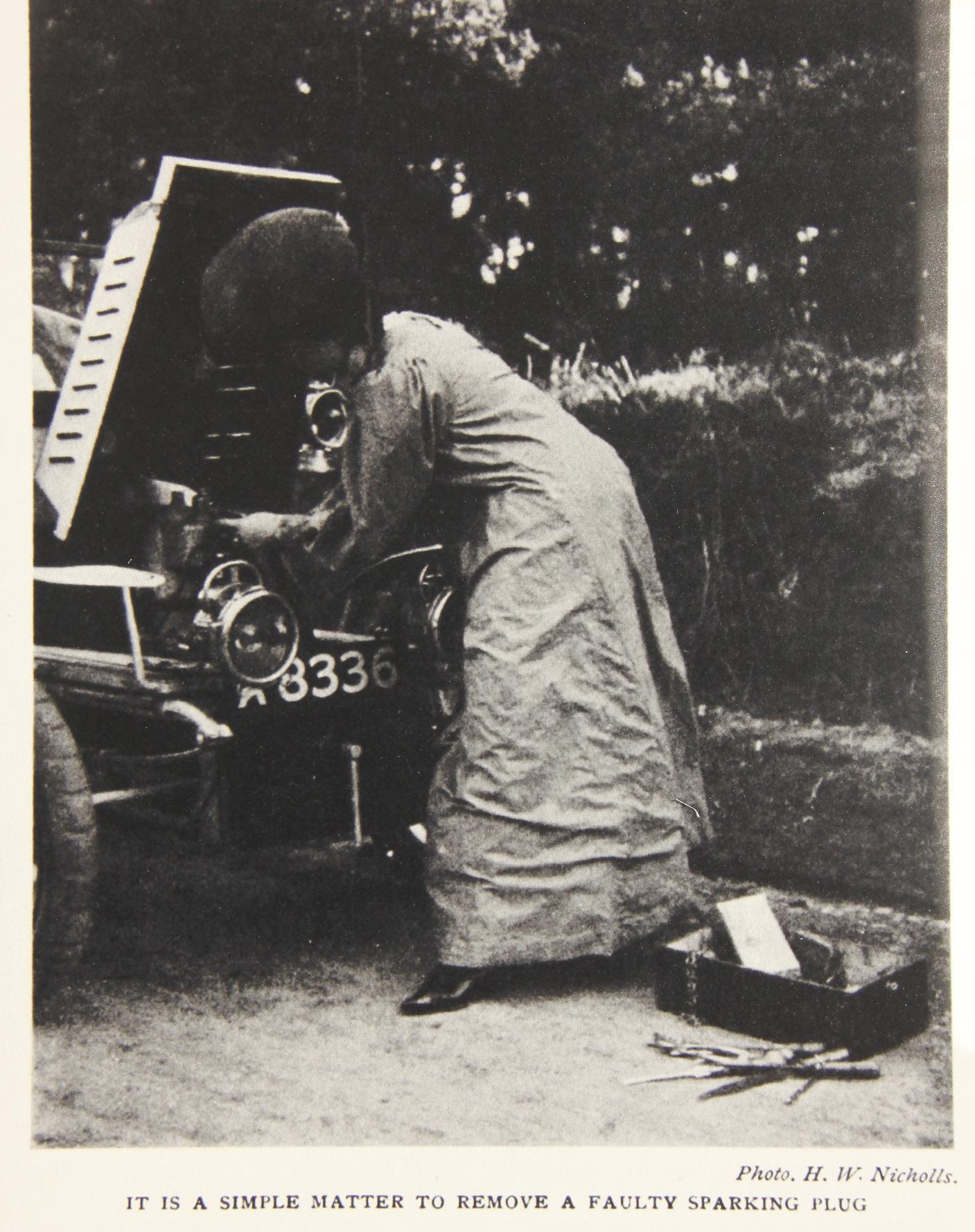 Dorothy Levitt in ihrem Element: Zum Zündkerze wechseln braucht's keinen Mann, sondern lediglich ihr kleines Handbuch.