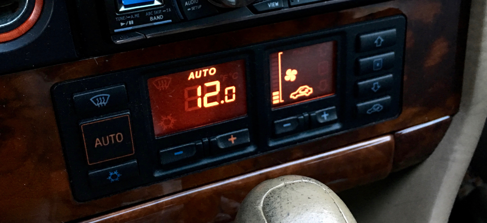 Über das Klimabedienteil lässt sich der Fehlerspeicher auslesen. Die Lichtmaschine lädt nur noch mit 12,0 Volt. Das ist deutlich zu wenig.