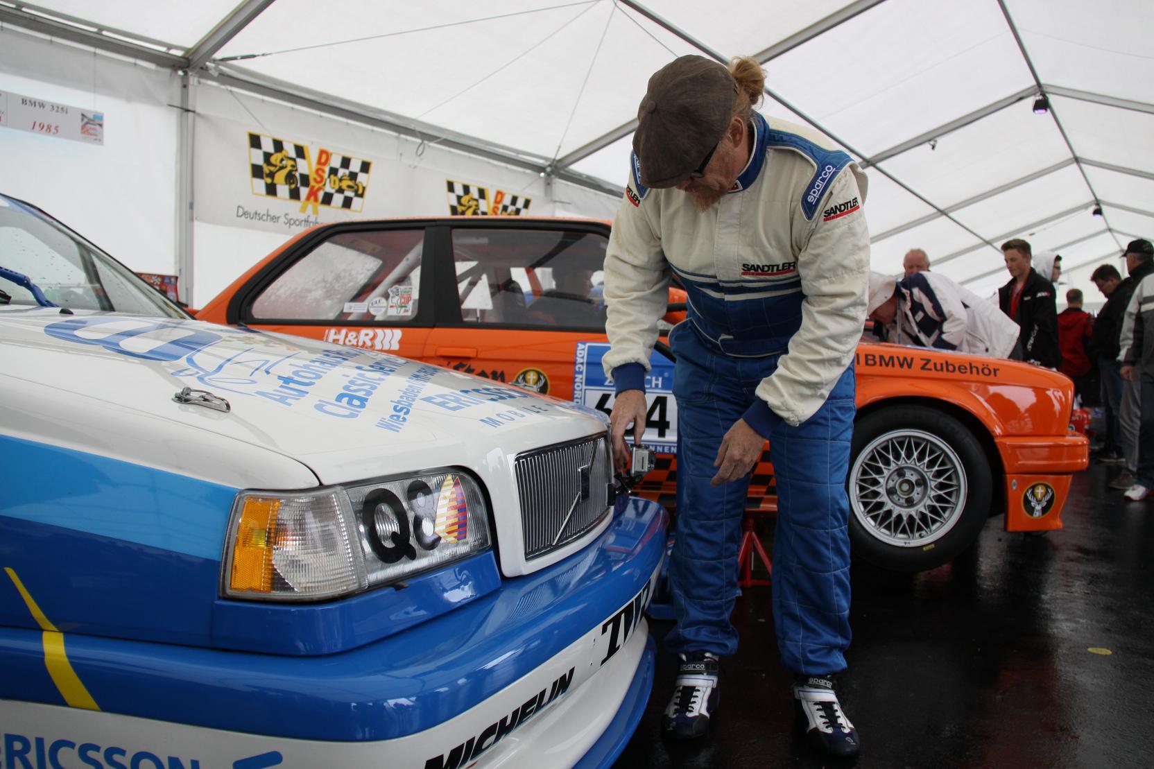 Im Tourenwagenzelt herrscht vor dem Start Betriebsamkeit – Michael Nägler checkt nochmal den festen Sitz seiner Onboard-Kamera.