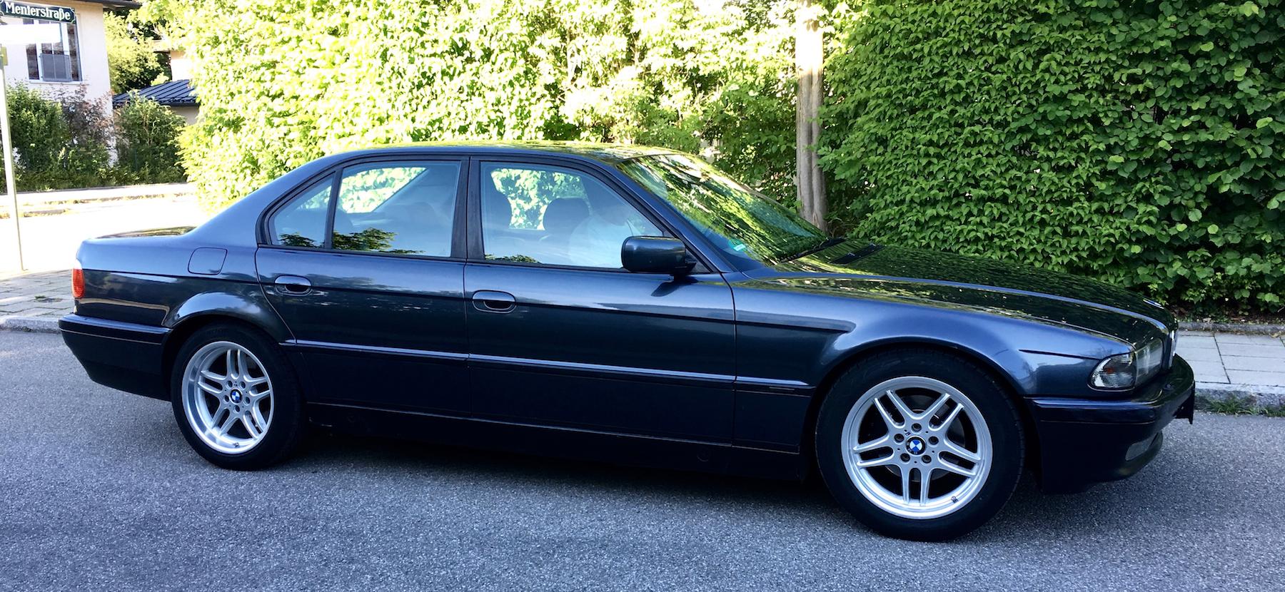 Unser neuer: Ein BMW 728i von 1997 in Fjordgrau und mit mehr als 320.000 km.