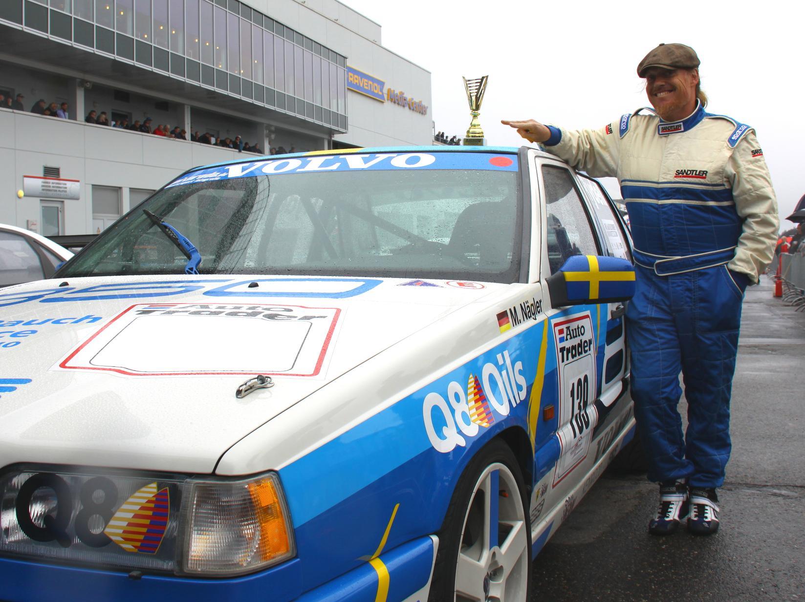 Das Glück steht ihm ins Gesicht geschrieben: Michael Nägler hat mit seinem Volvo 850 T5R beim Oldtimer Grand Prix am Nürburgring ein unvergessliches Wochenende erlebt.