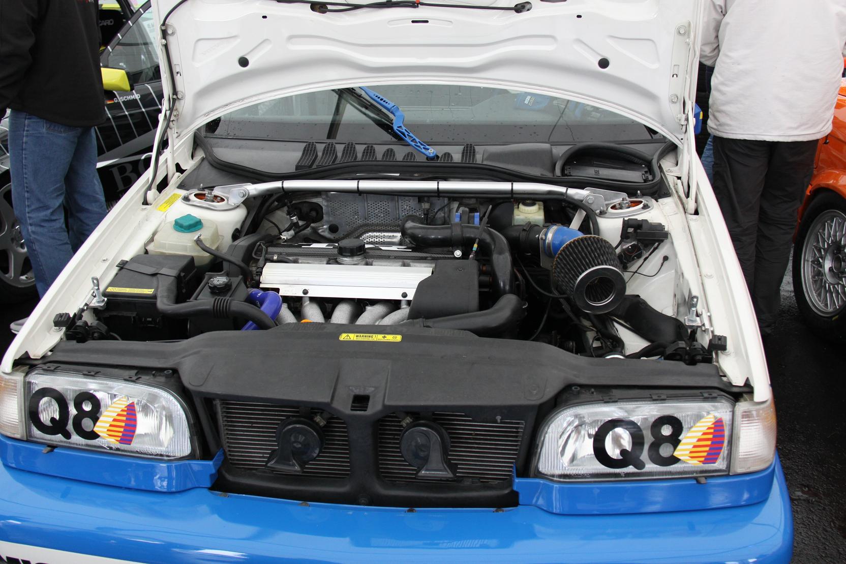 Mit technischem Knowhow und viel Liebe zum Detail hat Michael Nägler den Motorraum seines Volvo 850 T-5R aufbereitet. Der quer eingebaute 5-Zylinder liefert nun 280 PS.