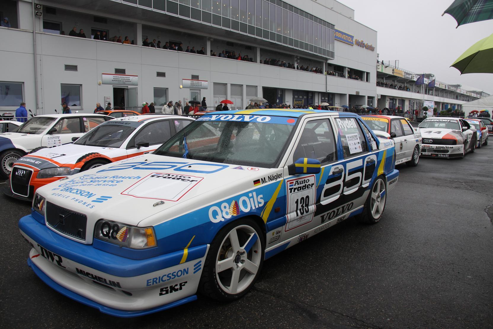 Im Parc Fermé zeigt sich der Volvo 850 T5R im Kreise seiner Artgenossen.