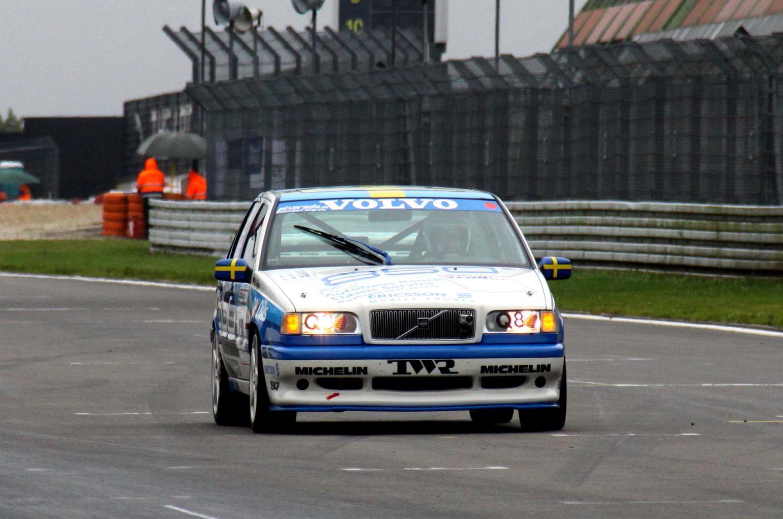 Auf der Start-Ziel-Geraden lässt Michael Nägler seinen Volvo 850 T-5R im Regen fliegen.