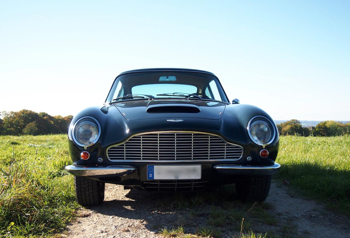 Frontansicht des Aston Martin DB6 Vantage - die Lufthutze ist charakteristisch für den Vantage.