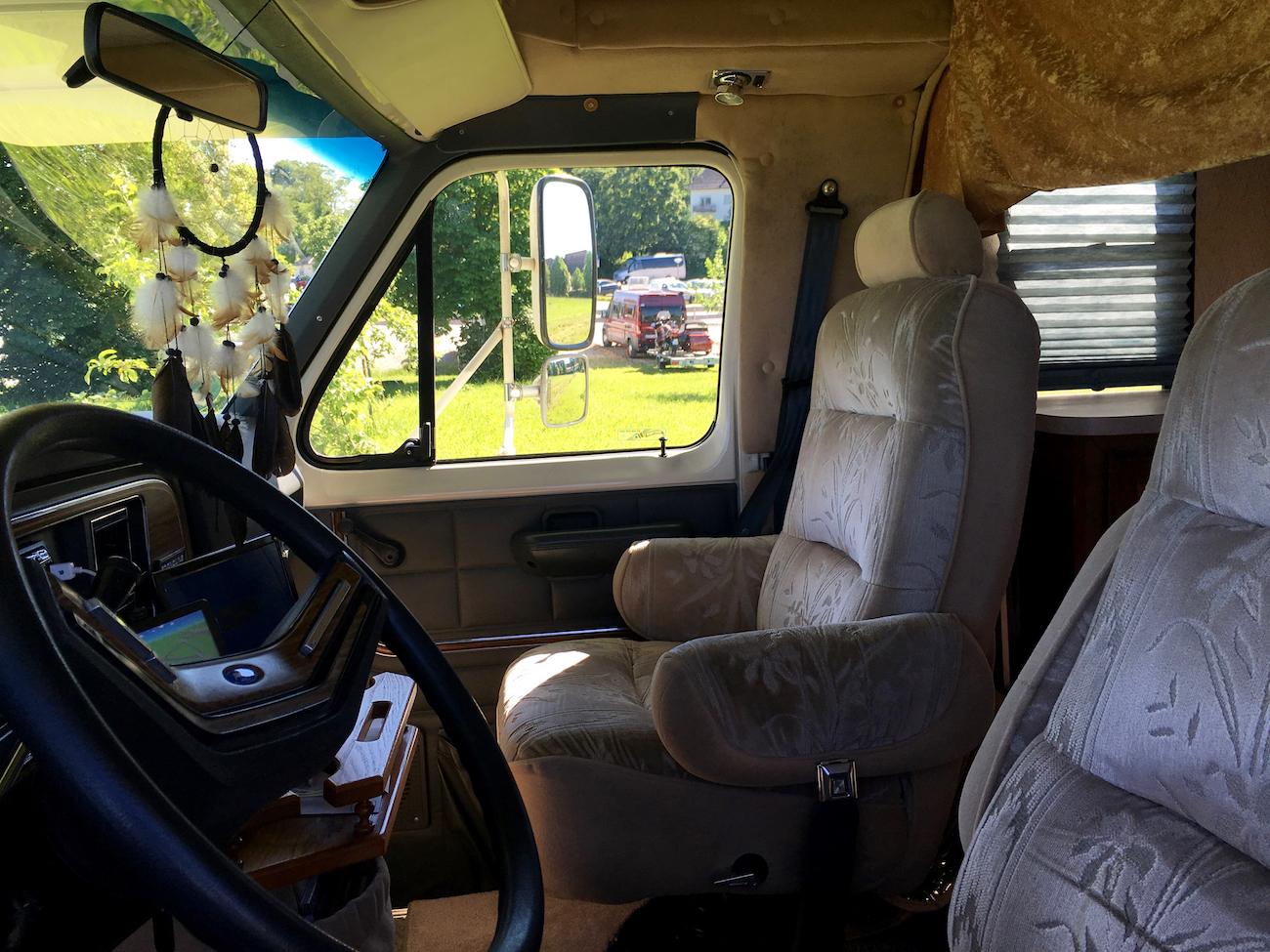 Im Ford Econoline Rockwood thront man auf Plüschsesseln.