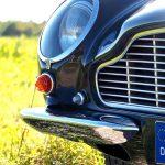 Formvollendet: Der rechte Scheinwerfer des Aston Martin DB6 Vantage.