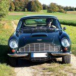 Sebastian bewegt den Aston Martin DB6 seines Vaters mit größtem Respekt.